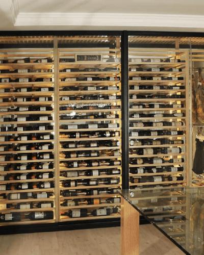 Vinoteca con zona compartida jamones y embutidos